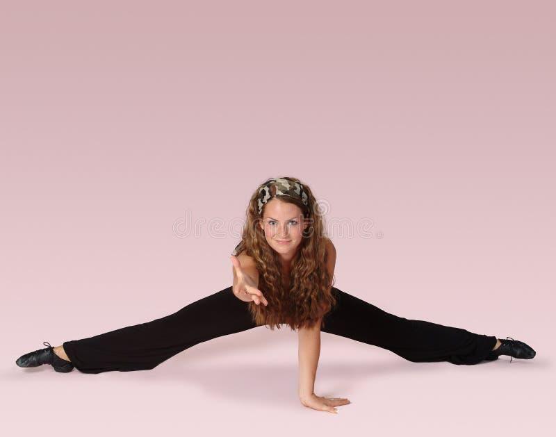 Danzatore di forma fisica sul colore rosa immagine stock libera da diritti