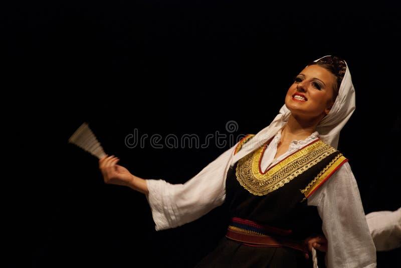 Danzatore di piega serbo della donna isolato sul nero fotografie stock