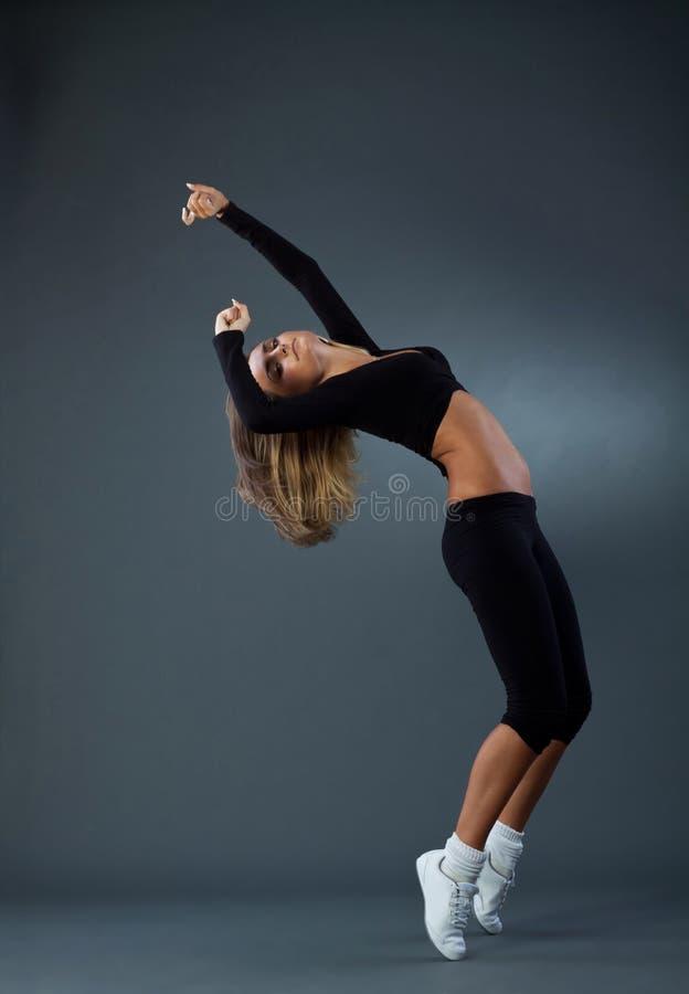 Danzatore di stile che propone nello studio immagine stock libera da diritti