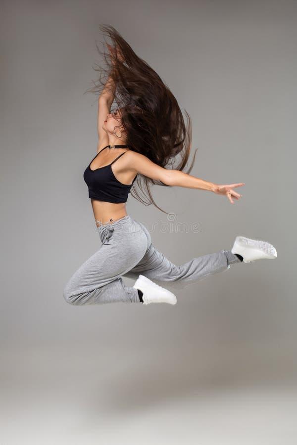 Danzatore moderno di stile che propone sulla priorità bassa dello studio Hip-hop, musica funky di jazz, dancehall fotografia stock