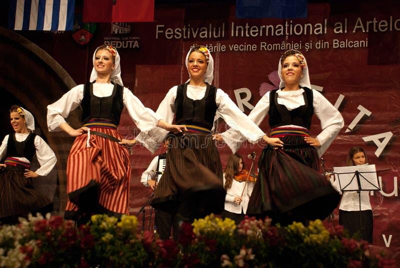 Danzatori di piega serbi delle donne ad un festival fotografie stock libere da diritti