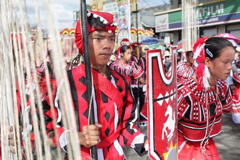 Danzatori tribali sfilanti Filippine immagine stock