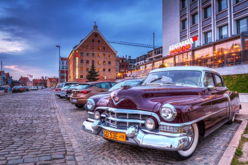 Danzica, Polonia - 16 aprile 2019: Classico di Cadillac parcheggio alla vecchia città di Gdanks, Polonia fotografie stock