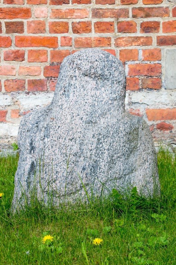 Danzica, Polonia - 27 aprile 2017: La scultura antropomorfica sa come vecchia befana prussiana da Jedrychowo immagini stock