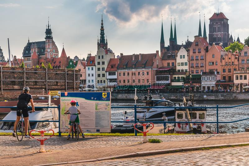 Danzica, Popand Un ragazzo e un uomo resta davanti allo scrittorio informativo nel centro urbano fotografia stock libera da diritti