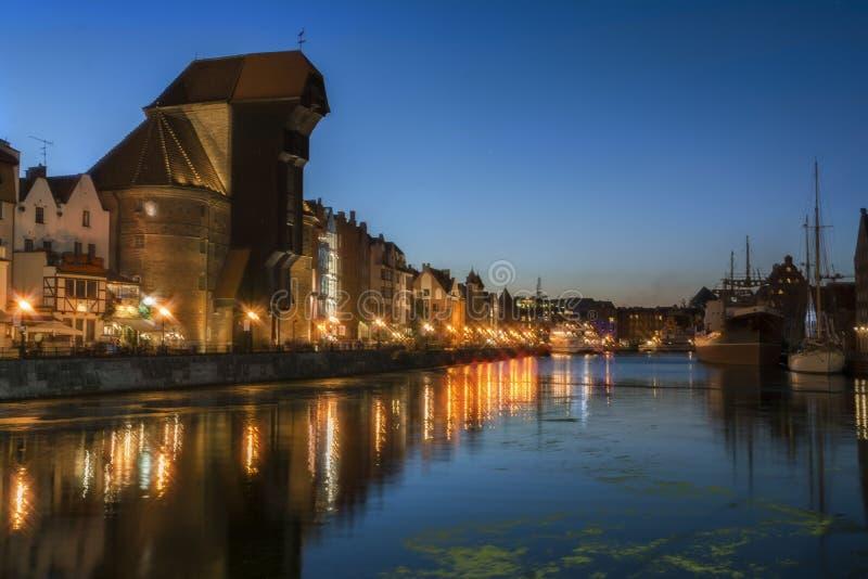 Danzig la nuit 2016-07-20, belle lumière de nuit, rivière, rivière calme, beau ciel, vieux fond de ville de Gdans photo stock