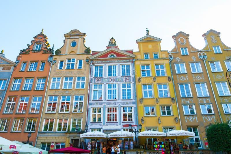 DANZIG, POLOGNE - AOÛT 2018 : Longtemps Market Street, vieilles maisons médiévales décoratives colorées typiques, architecture ro image libre de droits