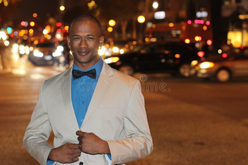 Dapper джентльмен снаружи на ноче в городе стоковое фото rf