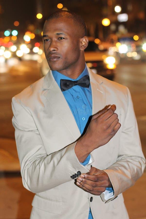 Dapper джентльмен снаружи на ноче в городе стоковые фото