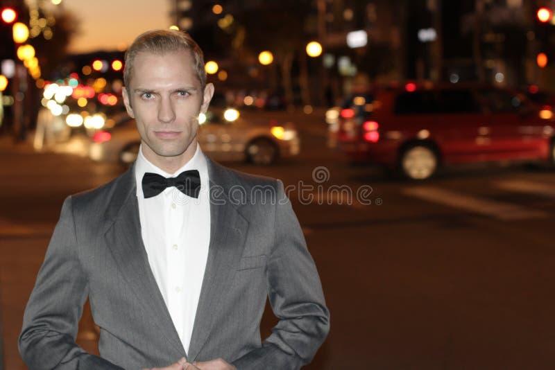 Dapper джентльмен снаружи на ноче в городе стоковое изображение rf
