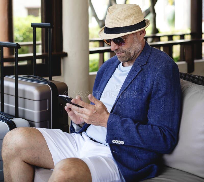 Dapper зрелый человек на курорте стоковая фотография rf