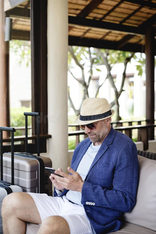 Dapper зрелый человек на курорте стоковое фото rf