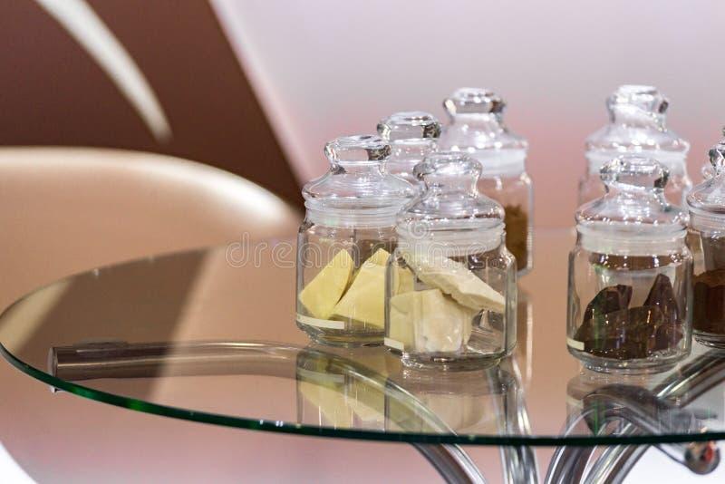 规则和被碱化的可可粉用dar巧克力,在有盒盖的玻璃瓶子 免版税库存照片