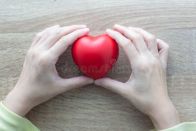 Dar amor e cuidado às pessoas dando ajuda imagens de stock royalty free