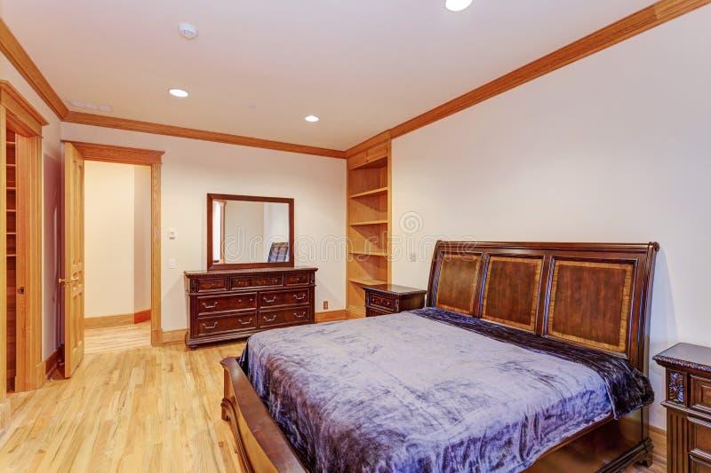 Dar la bienvenida al dormitorio de la mansión con un suelo de parqué ligero imagen de archivo