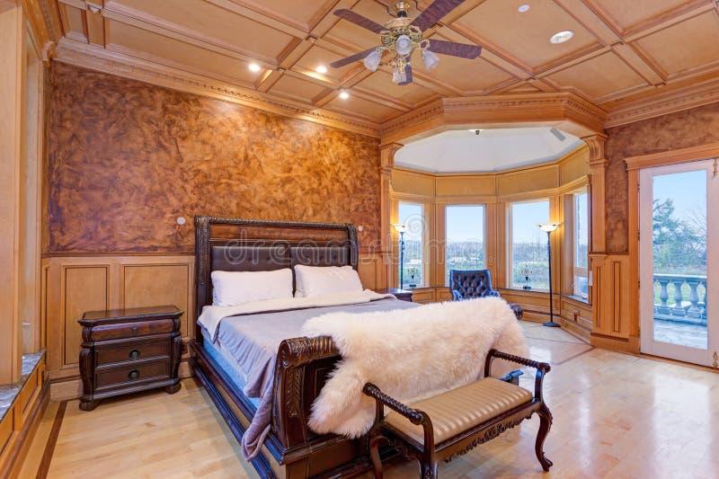 Dar la bienvenida al dormitorio de la mansión con una madera rústica coffered el techo imágenes de archivo libres de regalías