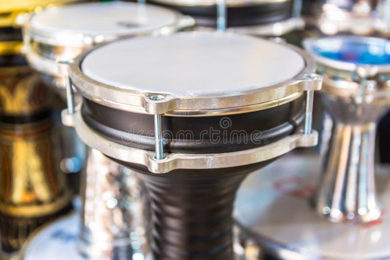 Darbuka turco tradizionale dello strumento (tamburo) tra altri tamburi fotografia stock