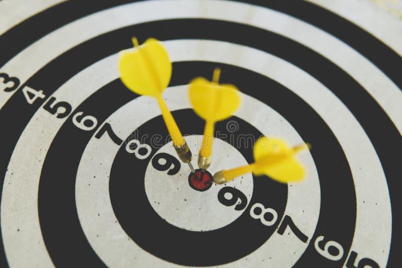 dard à bord de but de cible de coup de bonne direction Jeu de concurrence pour gagner le foyer sur l'accomplissement avec la plan photo stock