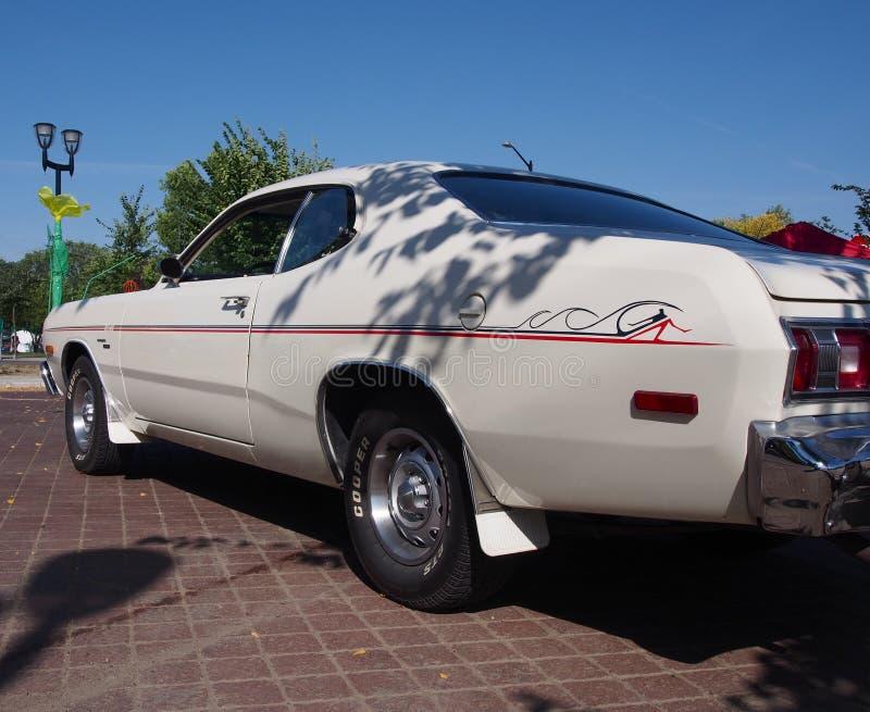 Dardo branco restaurado clássico de Dodge dos anos 70 imagens de stock