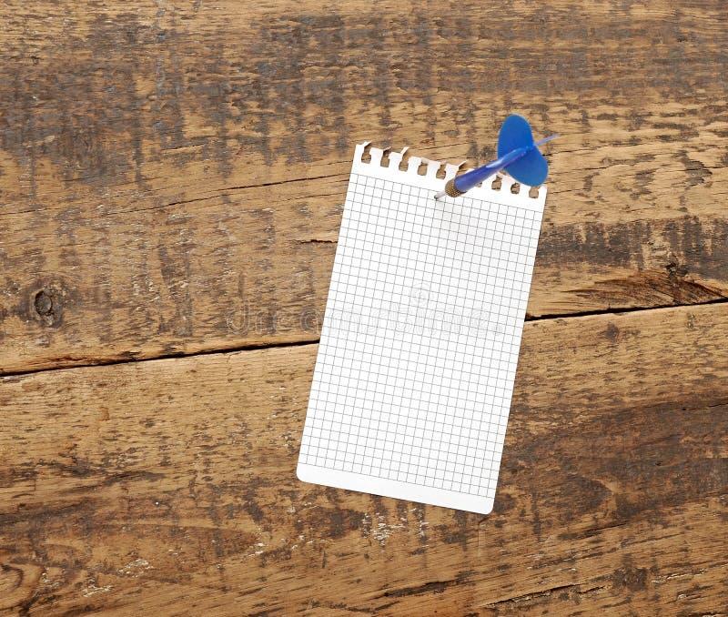 Dardo no bloco de notas em branco foto de stock royalty free