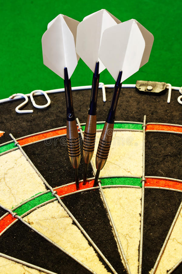 Dardos no dartboard imagem de stock royalty free