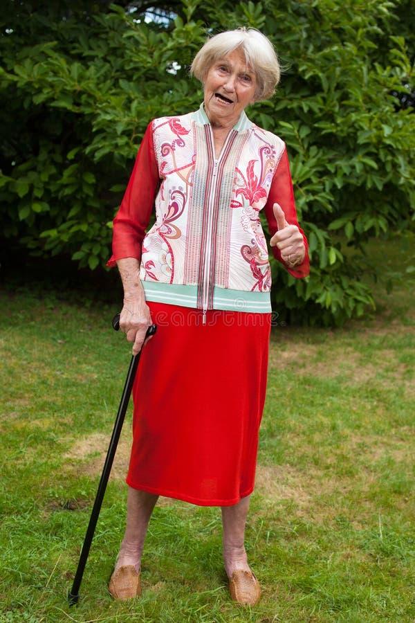 Dare anziano alla moda della donna pollici su fotografia stock libera da diritti