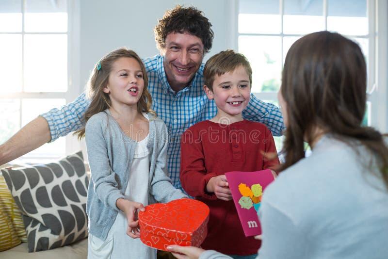 Dare dei bambini presente alla loro madre immagine stock