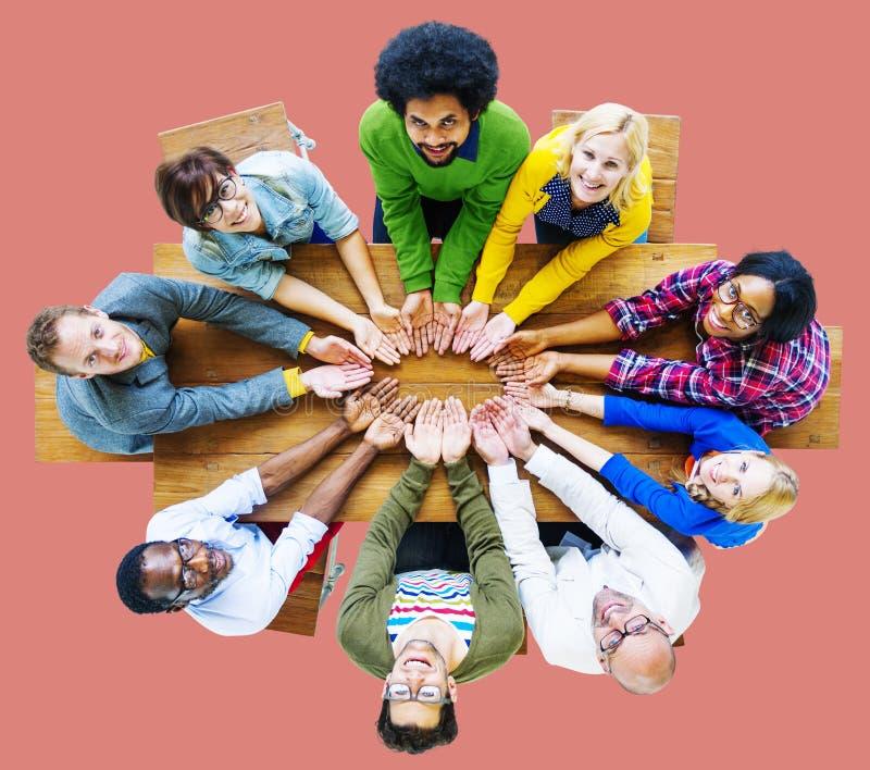 Dare della carità della gente di diversità presta il concetto del gruppo di unità fotografie stock libere da diritti