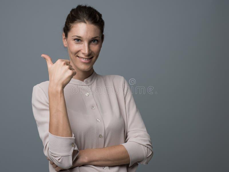 Dare felice della donna pollici su fotografia stock libera da diritti