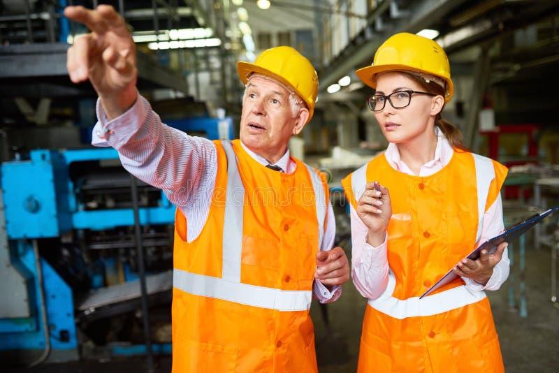 Dare istruzioni senior del supervisore della fabbrica immagini stock libere da diritti