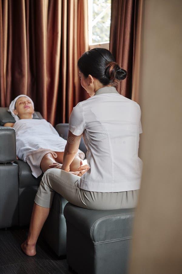 Dare massaggio di rilassamento dei piedi immagine stock