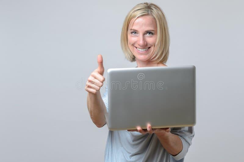 Dare motivato felice della donna di affari pollici su immagine stock