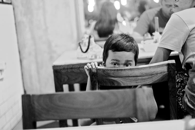 Dare una occhiata al bambino in un momento schietto fotografia stock