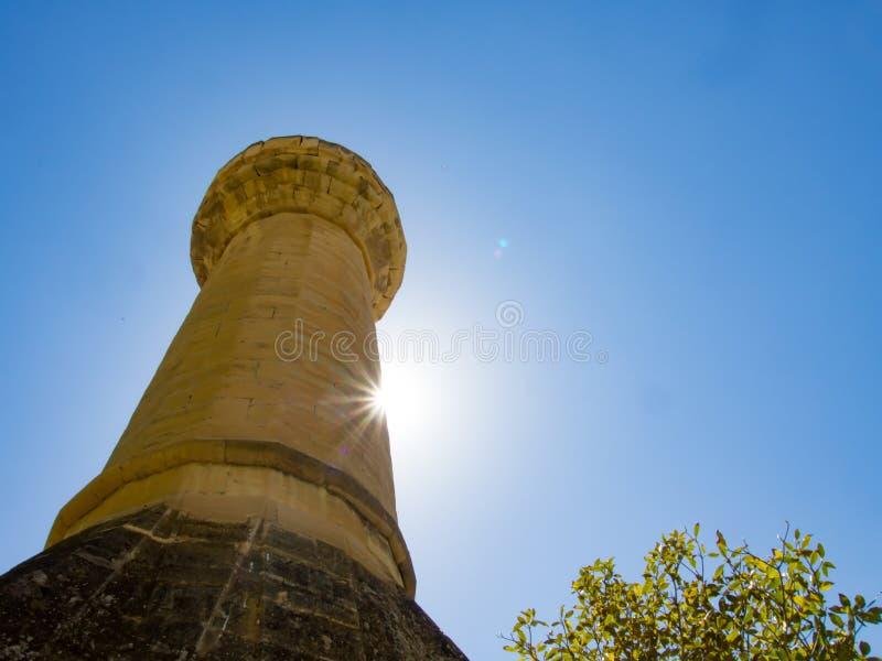Darende tombe du ` s de père de Malatya, Turquie Somuncu Minaret, arbres et ciel bleu images libres de droits