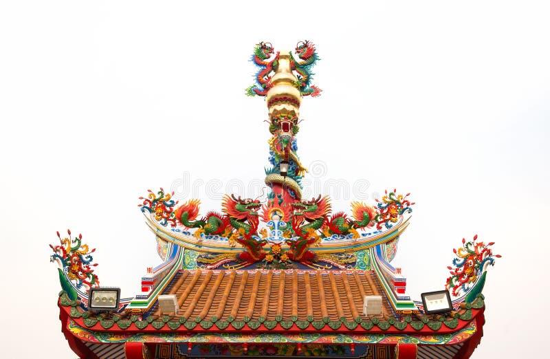 Dargon-Statue auf Schreindach, Drachestatue auf Porzellantempeldach als asiatischer Kunst, Drachestatue der chinesischen Art stockbild