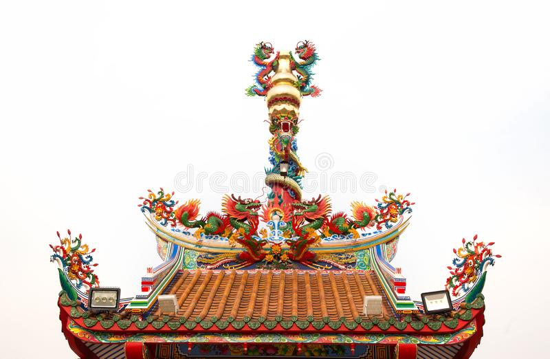 Dargon staty på relikskrintaket, drakestaty på porslintempeltaket som asiatisk konst, drakestaty för kinesisk stil fotografering för bildbyråer