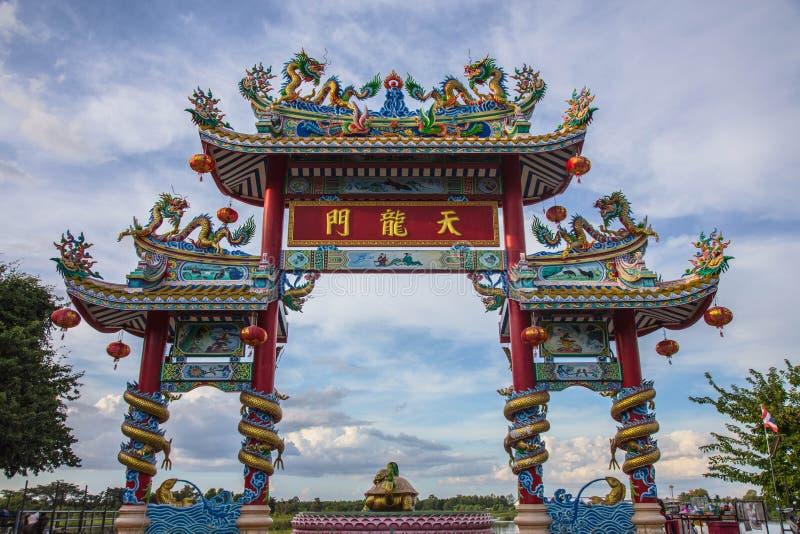 Dargonstandbeeld op Heiligdomdak, draakstandbeeld op de tempeldak van China als Aziatisch art. royalty-vrije stock foto's