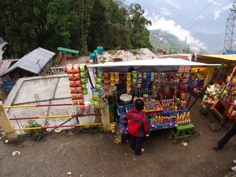 Darjeeling, INDIA, 15 APRIL 2011: Lokale opslag op foothi stock fotografie