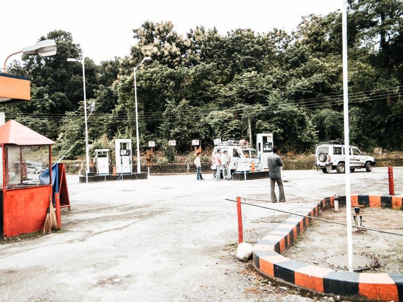 Darjeeling le Bengale-Occidental Inde - 1er mai 29, 2018 : Vue de station de pompe à essence de HP Le pétrole HP de Hindustan est photos libres de droits
