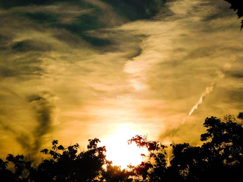 Dark die wolkenbeweging bedreigen binnen voor een avond van onweersbuien royalty-vrije stock fotografie