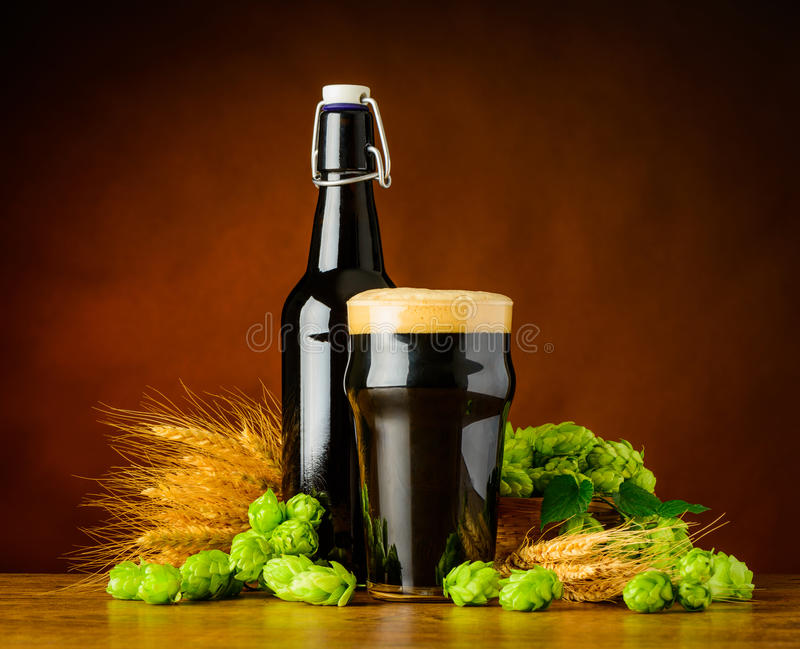 Dark Pint Beer with Wheat And Hop Flower royalty free stock photos
