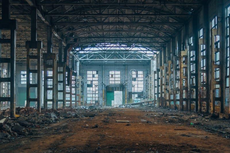 Dark ruïneerde rotte verlaten grote industriële zaal stock fotografie