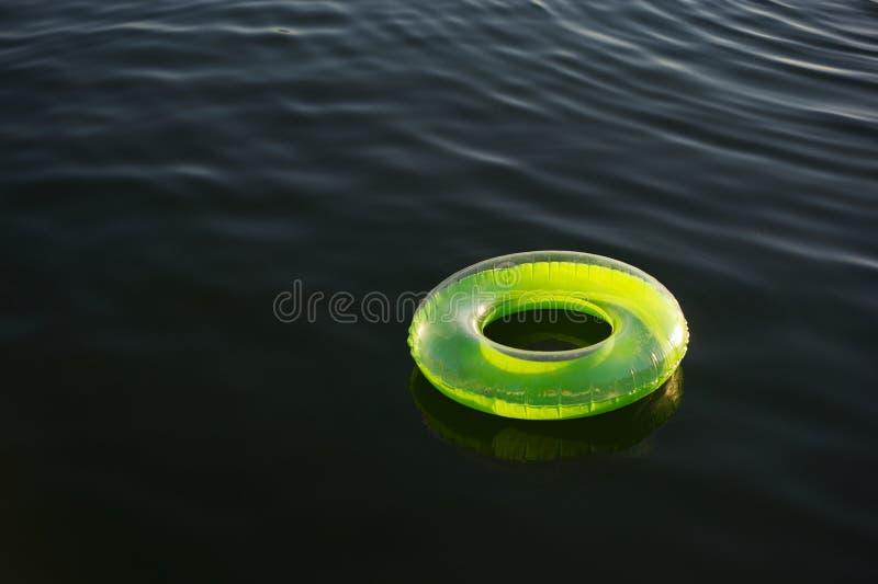 dark som flottörhus grönt uppblåsbart limefruktcirkelvatten royaltyfri fotografi