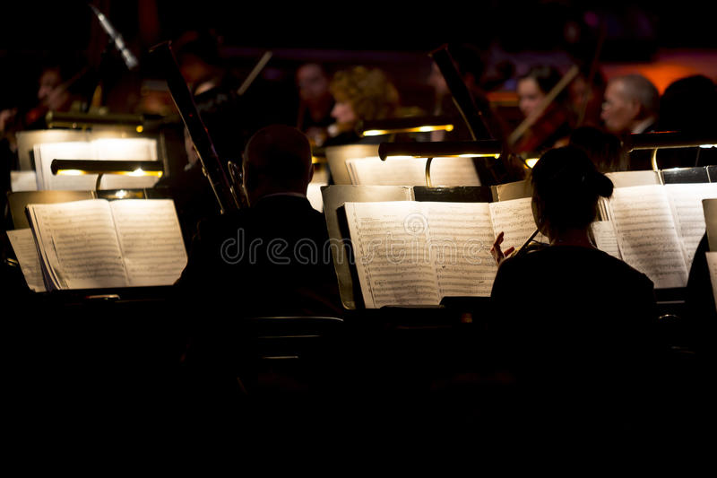 Dark van de orkestsymfonie stock foto's