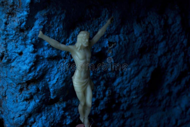 In dark verlicht het Geloof ons altijd stock fotografie