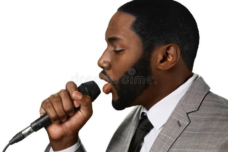 Darkskinned человек поет джаз стоковое изображение rf