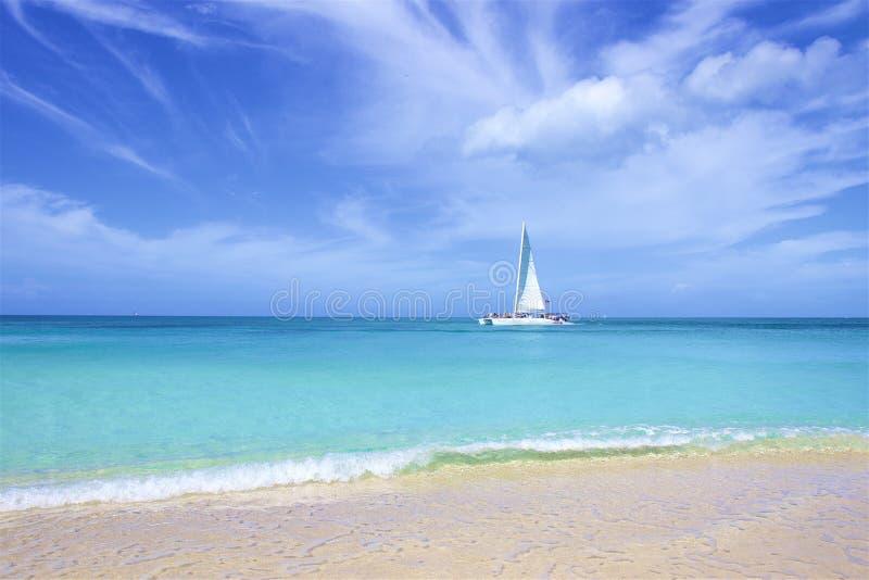 Darkwood strand i Antigua som ?r karibisk arkivfoton
