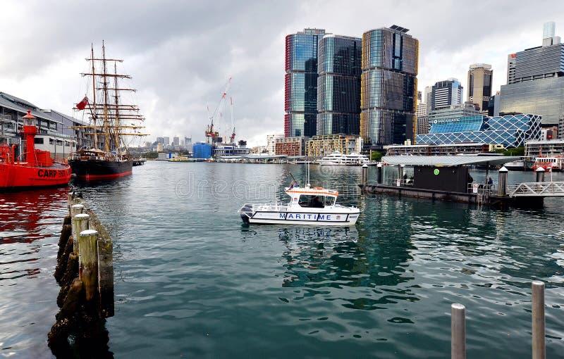Darling Harbor, baie de coque, musée maritime, Sydney Tower et Sydney City images libres de droits