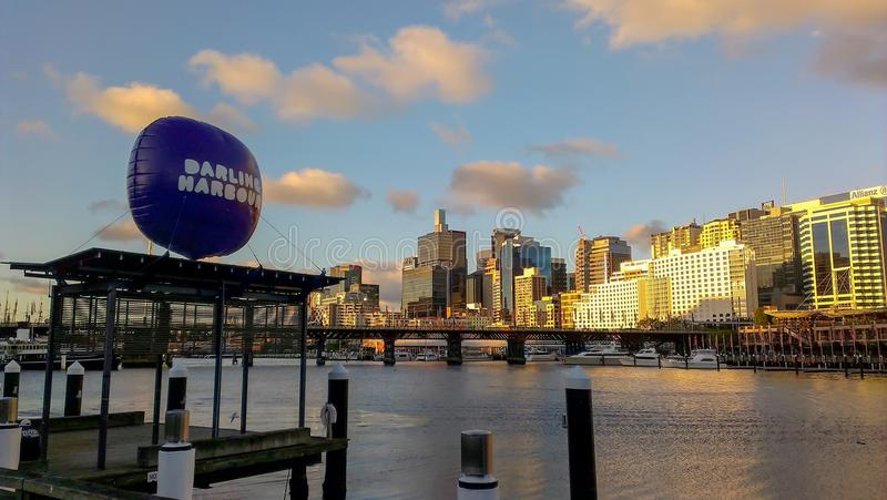 Darling Harbour Balloon över bryggan med sikt av Darling Harbour fotografering för bildbyråer