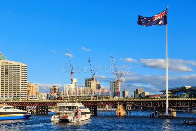 Darling Harbour, Sydney, Austrália, com a bandeira australiana gigante imagem de stock